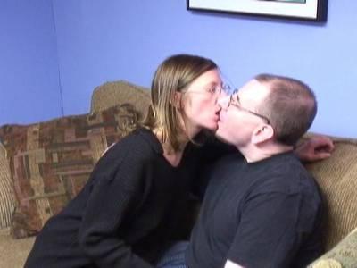 Junge Schlampe nimmt gierig seinen kleinen Penis für einen Blowjob