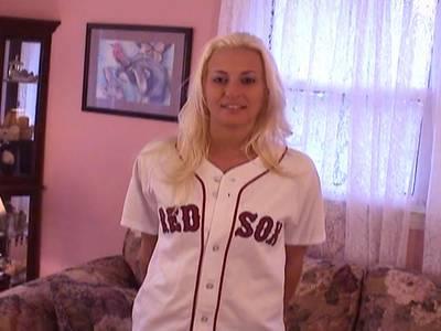 Amateur Blondine posiert für die Kamera