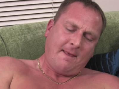 Amateur nimmt den dicken Penis in die Hand und beginnt zu wichsen