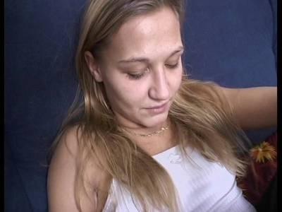 Beim Cumshot bekommt die Blondine die heiße Ladung in den Mund