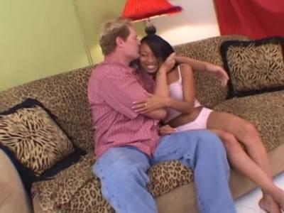 Junge Ebony fickt mit einem älteren Kerl