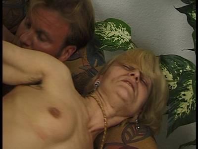 Lockig behaarte Milf blonde Titten