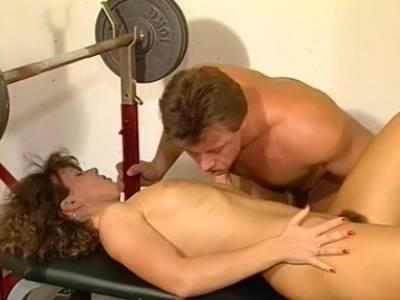 Im Fitness Studio wird die behaarte Muschi gefickt