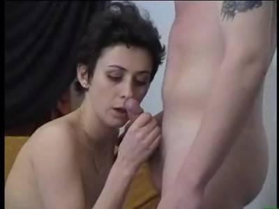 Junger Mann leckt dem geilen Amateur Luder die behaarte Muschi