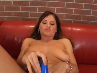 Teen Girl bumst sich die haarige Möse mit einem Sexspielzeug
