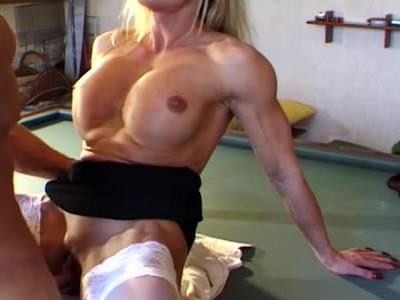 Blonde Nutte lutscht sie den Schwanz mit großer Hingabe