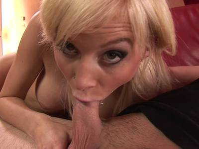 Blondine mit dicken Titten liebt Blowjobs