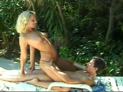 Geile Amateure ficken schamlos Outdoor am Pool