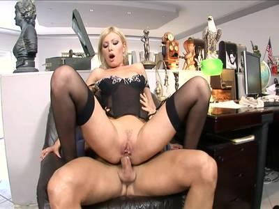 Scharfe Sekretärin lutscht und reitet den dicken Schwanz