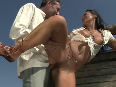 Blasen und Lutschen mit sexy Cowgirl unter freiem Himmel