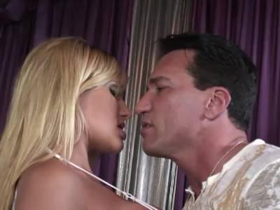 Beim Cumshot spritzt der Kerl ihr stöhnend in den Mund