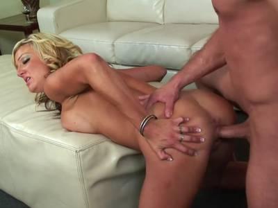 Bevor er mit einem Cumshot kommt, nimmt sie den Schwanz in den Mund
