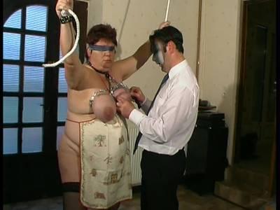 Beim Fisting kommt die fette Bitch mit dicken Arsch zum Höhepunkt