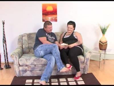 Deutsche BBW wird auf dem Sofa gefickt