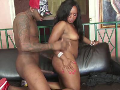 Ebony darauf ab, einem Cumshot auf den dicken Arsch zu bekommen