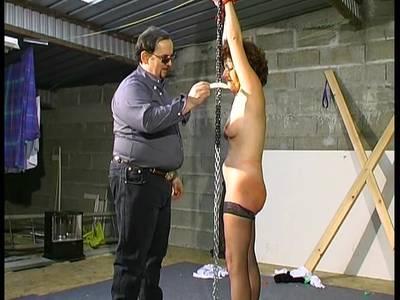 Scharfen BDSM Spielen mit einer haarigen Französin