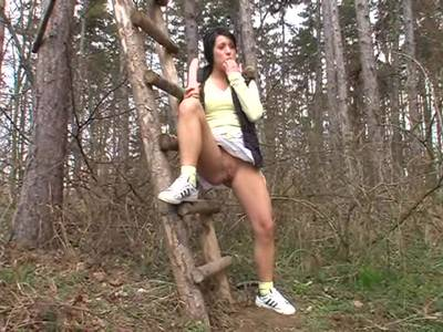 Geile Dildospiele im Wald