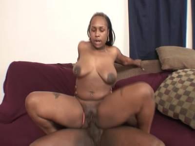 Ebony Nutte bekommt fette Ladung Sperma auf ihren prallen Po