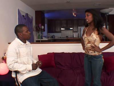 Hübsche schlanke Ebony wird richtig gefickt
