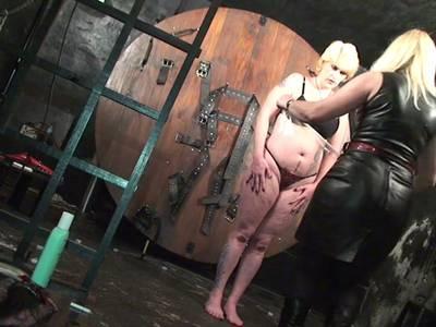 Blonde Sklavin wird von strenger Herrin bespielt