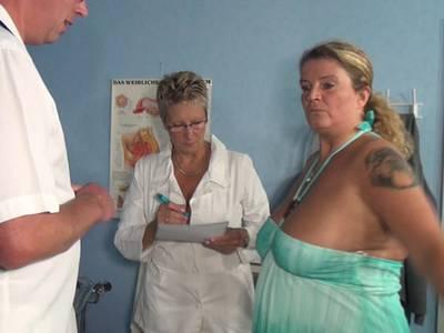 Frauenarzt fickt zwei reife Milf Mösen