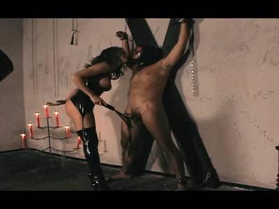 Heiße Domina traktiert seinen dicken Schwanz mit einer Peitsche
