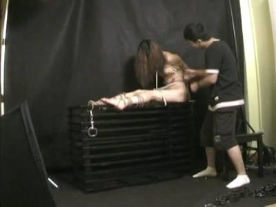 Heiße Thai Schlampe mit behaarter Muschi steht auf BDSM Sex