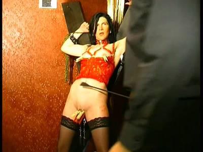 Schwarzhaarige französische MILF im BDSM Studio