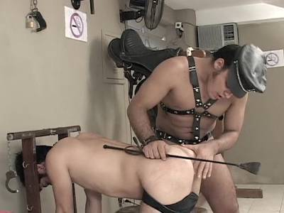 Beim versaute BDSM Spiele bumst der Gay Boy ihn heftig in die Rosette