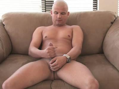 Gay Boy streichelt sich bei Selbstbefriedigung ausgiebig die prallen Eier