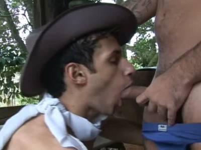 Gay Cowboys schieben sich beim Analfick die fetten Dödel in die Ärsche