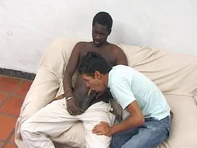 Gay Latino lässt sich von einem schwarzen Gay in den Arsch ficken