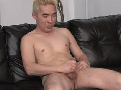 Geiler Gay Boy massiert er sich die Eier