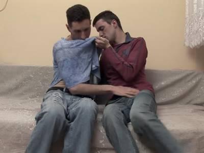 Heftig nageln sich die zwei Gayboys in unterschiedlichen Stellungen