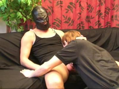 Heißer Gay mit schwarzer Maske lässt sich den dicken Schwanz blasen
