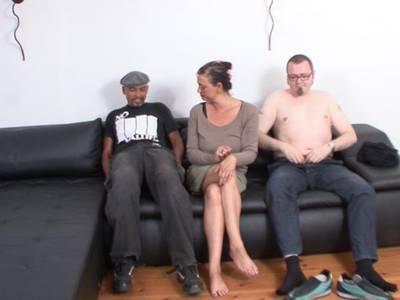 Drei Amateuren beim Schwarz und Weiß Fick