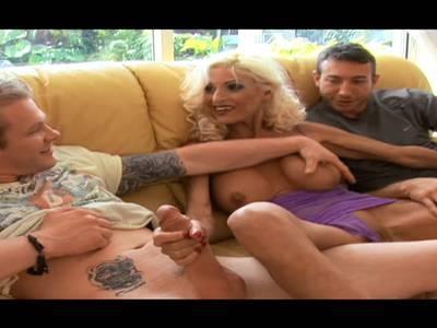 Heiße MILF Blondine beim Gruppensex