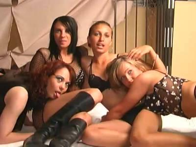 Heißen Lesben in den sexy Dessous beim Gangbang