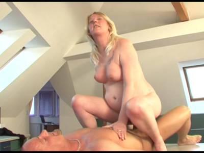 Blonde Hausfrau zieht blank und zeigt ihre rasierte Möse