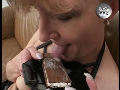 Hausfrau bläst dem Mann den Penis