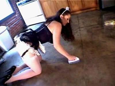 Sexy Hausfrau verwöhnt sich in der Küche