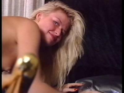 Gierig fickt sich die Blondine mit einem Dildo