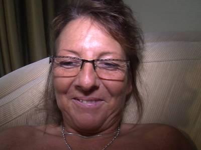 Oma mit Brille macht es sich selbst