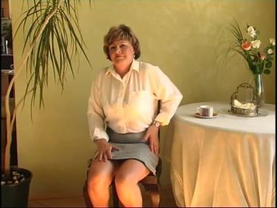 Reife Frau bumst sich selbst mit einem Dildo