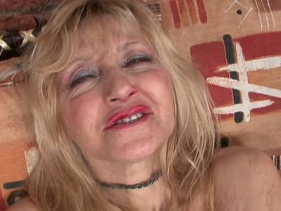 Blonde Milf in roten Dessous fickt sich anal