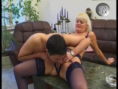 Blonde MILF mit dicken Titten steht auf große Schwänze