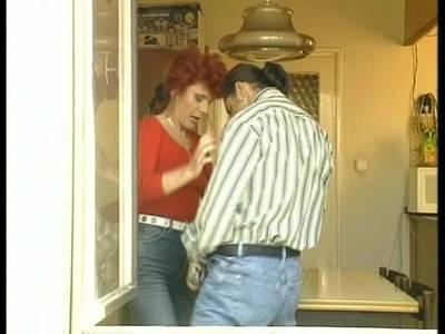 Milf leckt dem Kerl den Penis steif und wird gebumst