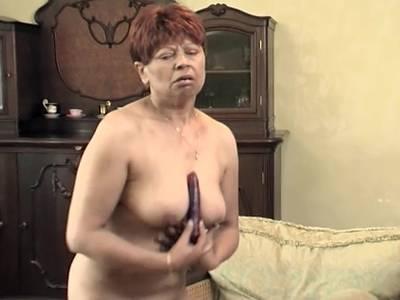 Diese geile Oma besorgt es sich mit einem langen Vibrator