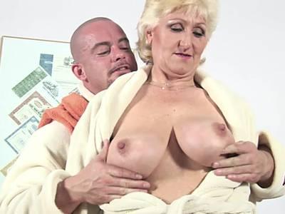 Fisting für die GILF Blondine