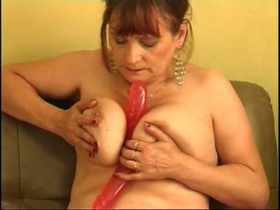Geile Oma besorgt es sich selbst mit einem riesigen Dildo